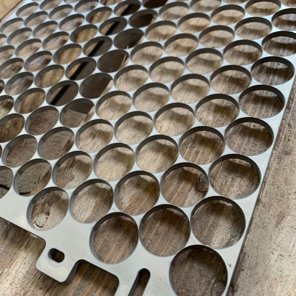 Nerezová oceľ hr.4mm, rezanie otvorov s presnosťou na 0.1mm